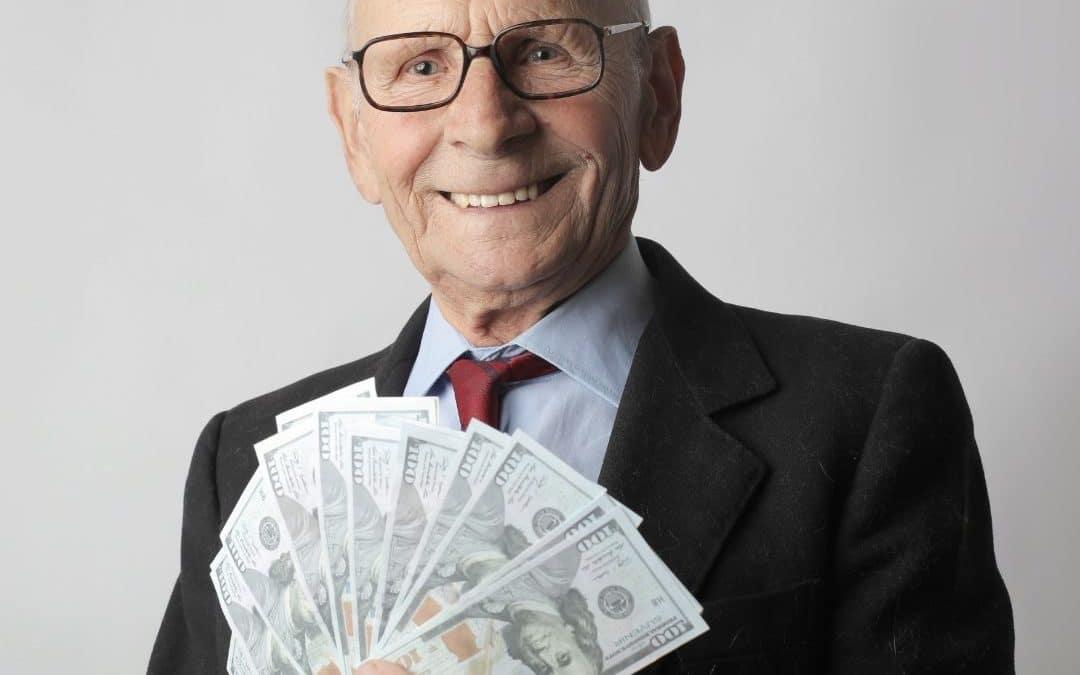 Senhor idoso com muito dinheiro na mão