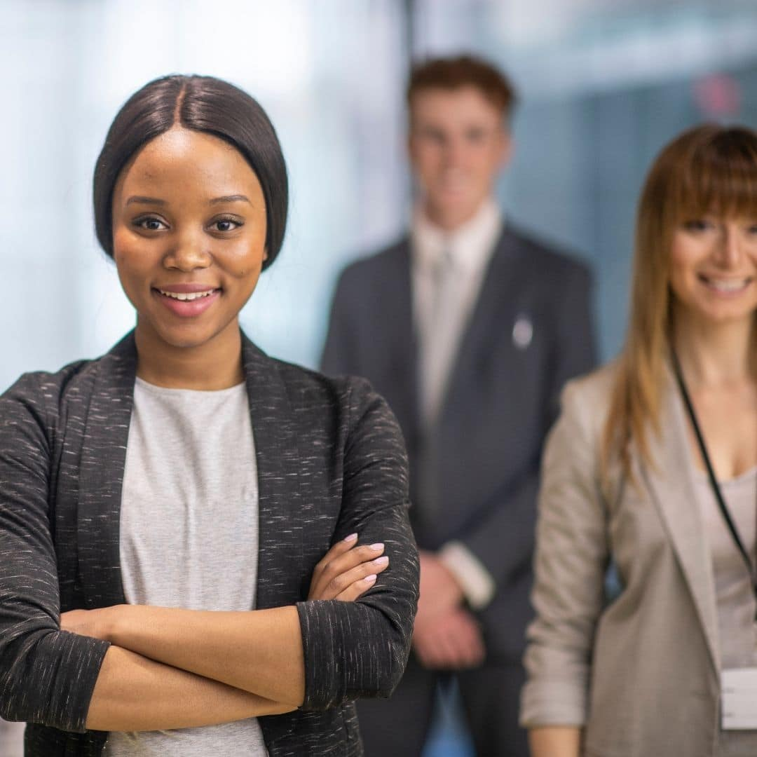 empreendedora negra feminina de braços cruzados
