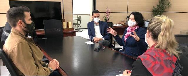 Os vereadores Luís Fernando Almeida (MDB), Rodrigo Livramento (Novo) e Sirley Schappo (Novo) em reunião com a chefe de gabinete do prefeito de Jaraguá do Sul, Emanuela Wolff, para discutir o Sandbox Regulatório - Crédito:  Divulgação