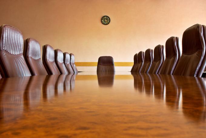 Sala de reuniões com uma grande mesa polida e poltronas Outras fotos desta série de negócios:
