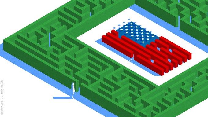 Há uma bandeira americana no centro da figura única na entrada da cerca viva do labirinto