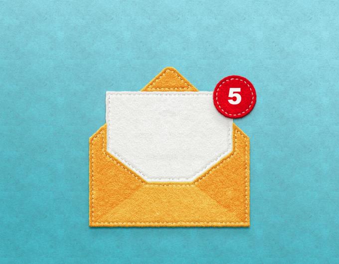 Imagem de um envelope amarelo com um ponto vermelho de notificação.